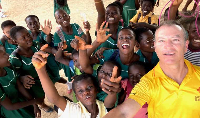 Mission Rabies Ghana 2020 - Arnold Plotnick and the Local Children